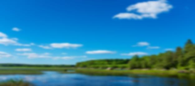 Powierzchnia wody. jezioro z lasem. tło dla projektu. zamazany obraz. zdjęcie wysokiej jakości