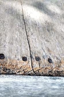 Powierzchnia zerodowana przez czas, stare drewno tło, struktura drewna z naturalnym wzorem z pustą przestrzenią
