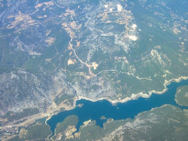 Powierzchnia ziemi została pobrana z wysokości samolotu. poniżej lasy, drogi i zatoka morska