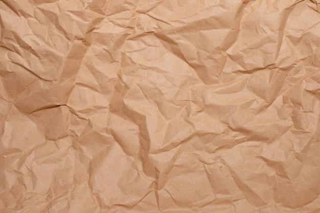 Powierzchnia zmiętego brązowego papieru zbliżenie, miejsce na tekst