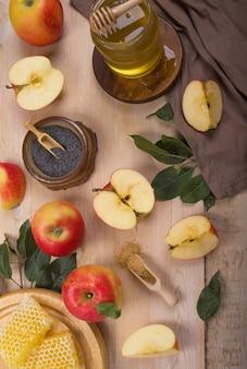 Powierzchnia żydowskiego święta rosz ha-szana z jabłkami i miodem na tablicy. widok z góry. leżał na płasko