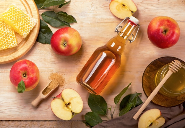Powierzchnia żydowskiego święta rosz ha-szana z jabłkami, octem jabłkowym i miodem na tablicy. widok z góry. leżał na płasko