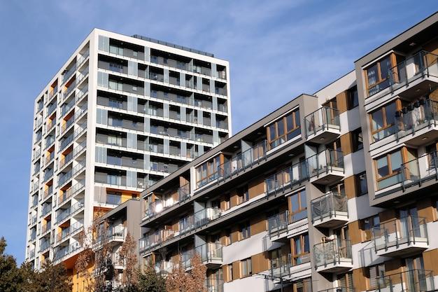 Powierzchnie dwóch nowoczesnych budynków mieszkalnych z balkonem we współczesnej dzielnicy mieszkalnej.