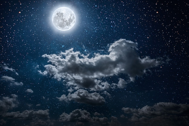 Powierzchnie nocne niebo z gwiazdami i księżycem i chmurami. elementy tego obrazu dostarczone przez nasa