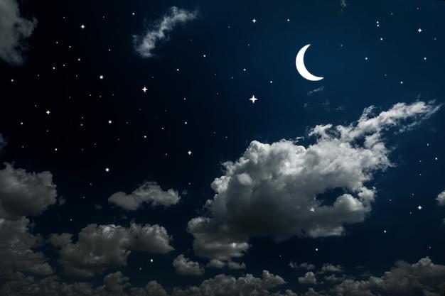 Powierzchnie nocne niebo z gwiazdami i księżycem i pięknymi chmurami