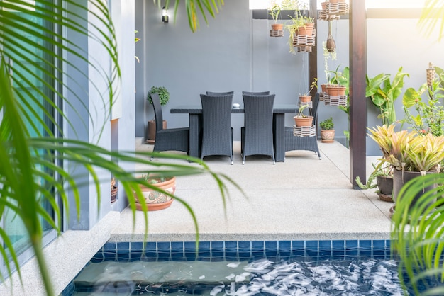Powierzchowność i wewnętrzny projekt pokazuje tropikalną basen willę z zieleń ogródem z słońca łóżkiem i niebieskim niebem