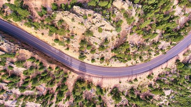 Powietrzna droga przez pustynny krajobraz patrząc w dół