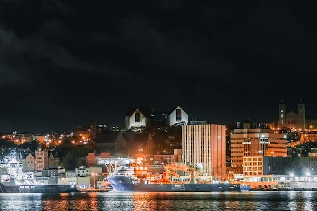 Powietrzna fotografia pejzaż miejski podczas nighttiem