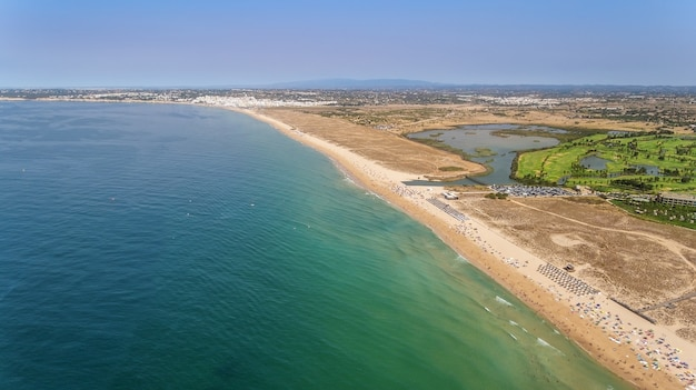 Powietrzna panorama albufeira w algarve regionie, portugalia, bech wichura
