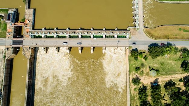 Powietrzna strzelanina wiosny wody powodziowa bieżąca hydroelektryczna elektrownia tama.