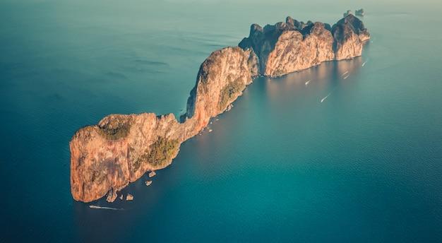 Powietrznego trutnia odgórny widok na osamotnionej wyspie w oceanie
