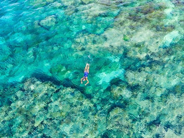 Powietrzni odgórnego puszka ludzie snorkeling na rafy koralowa tropikalnym morzu karaibskim