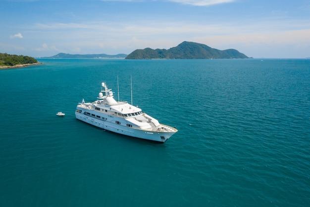 Powietrzny odgórnego widoku luksusowy jachtu żeglowanie w dennym błękitnym morzu