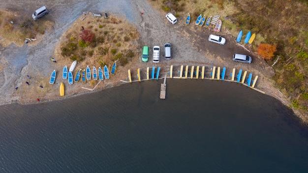 Powietrzny odgórnego widoku rząd kayaking i kawaguchiko jezioro japan