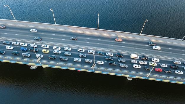 Powietrzny odgórny widok bridżowy drogowy samochodu ruchu drogowego dżem wiele samochody od above, miasto transportu pojęcie