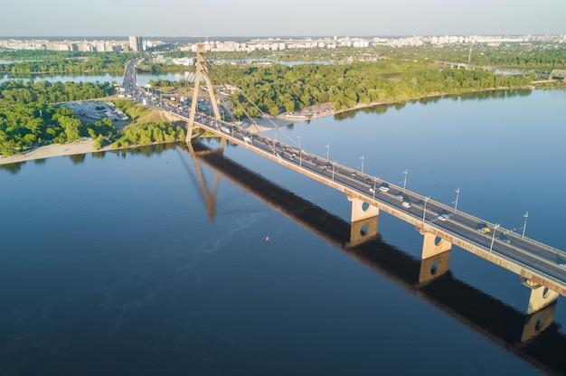 Powietrzny odgórny widok dniepr rzeka i moskovskiy most w mieście kijów, ukraina