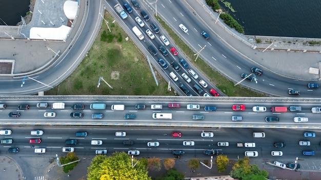Powietrzny odgórny widok drogowy skrzyżowanie od above, samochodu ruch drogowy i dżem wiele samochody, transportu pojęcie