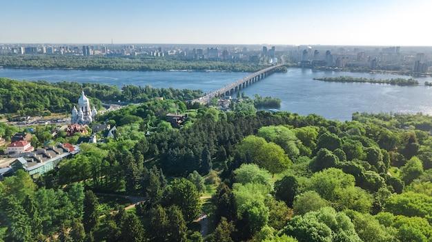 Powietrzny odgórny widok kijowski miasto od above, kijów linia horyzontu i zaporoskiego rzecznego pejzaż miejski w wiośnie, ukraina