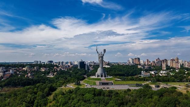 Powietrzny odgórny widok kijowski ojczyzny statuy statuy zabytek na wzgórzach od above i pejzaż miejski, kyiv miasto, ukraina