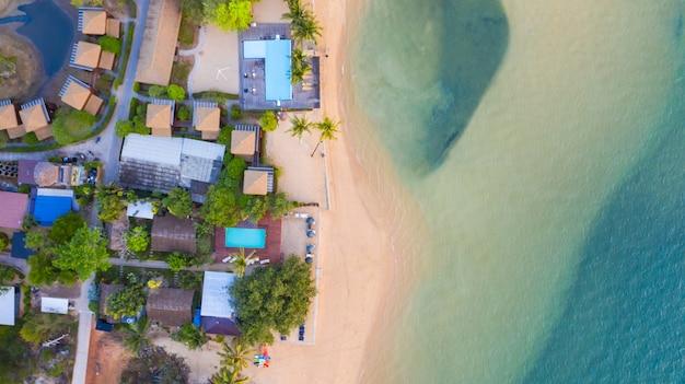 Powietrzny odgórny widok, kurort i plaża z szmaragdową błękitne wody na pięknym tropikalnym morzu w thailand