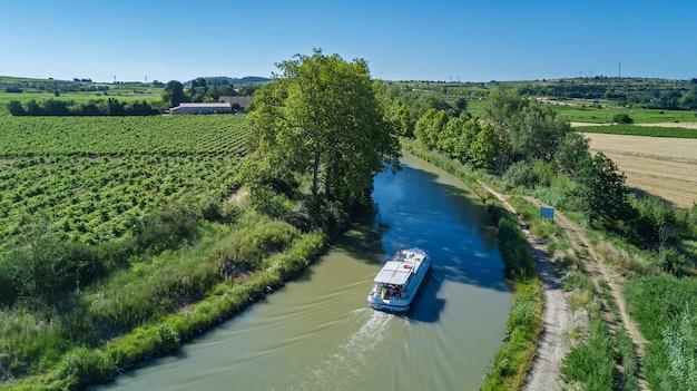 Powietrzny odgórny widok łódź w canal du midi od above, rodzinna podróż barką i wakacje w południowym francja