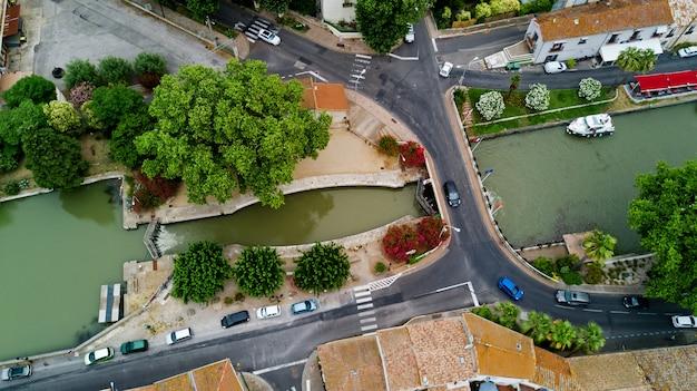 Powietrzny odgórny widok łodzie i kędziorek w canal du midi, drodze i moscie od above, południowy francja