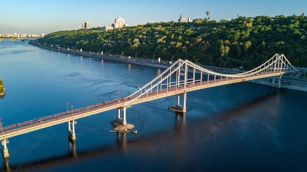 Powietrzny odgórny widok pieszy parka most i zaporoska rzeka od above, miasto kijów, ukraina