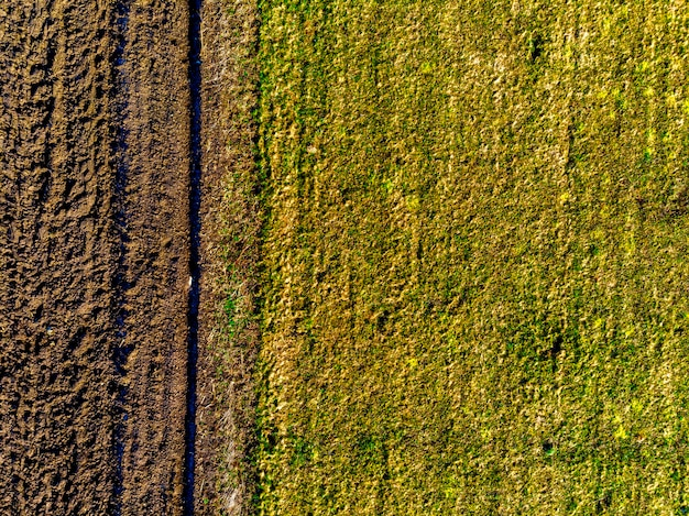 Powietrzny odgórny widok uprawiana ziemia rolna i zielona łąka w pogodnym wiosna dniu