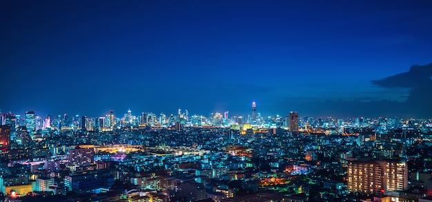 Powietrzny panoramiczny bangkok pejzażu miejskiego nocy widok przy ratchada dzielnicą biznesu
