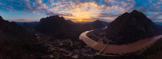 Powietrzny panoramiczny nam ou rzeka nong khiaw muang ngoi laos, zmierzch