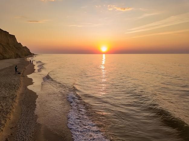 Powietrzny panoramiczny widok wschód słońca nad morzem.
