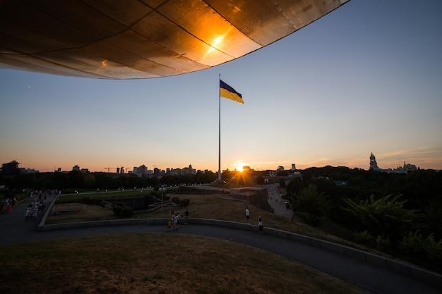 Powiewająca na wietrze flaga narodowa niepodległej ukrainy
