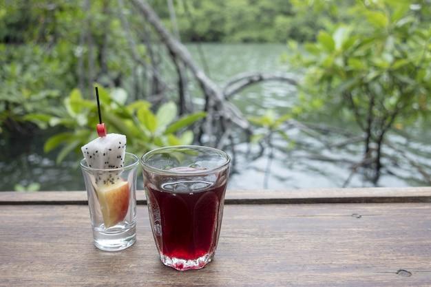 Powitalny napój, napój bezalkoholowy na drewnianej podłodze