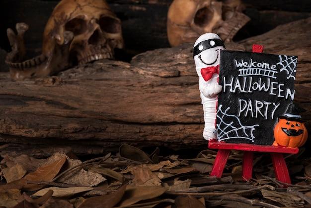 Powitanie halloween strona zarządu z ludzką czaszkę i lasu tle