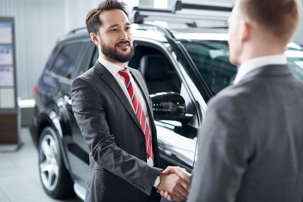 Powitanie klienta mocnym uściskiem dłoni