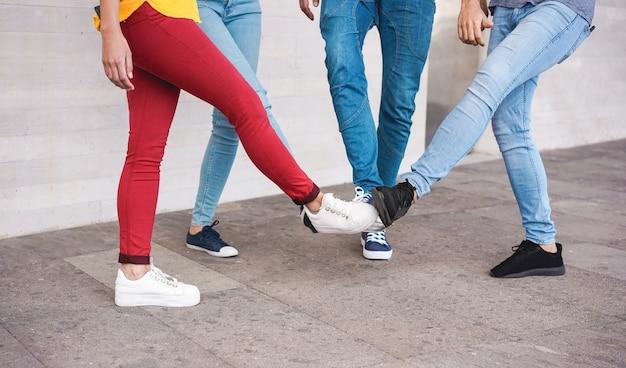 Powitanie młodych ludzi, aby uniknąć rozprzestrzeniania się koronawirusa