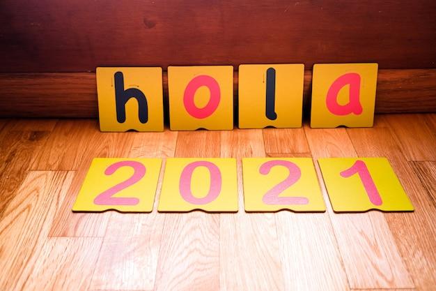 Powitanie noworoczne 2021 w języku hiszpańskim ze słowem cześć.