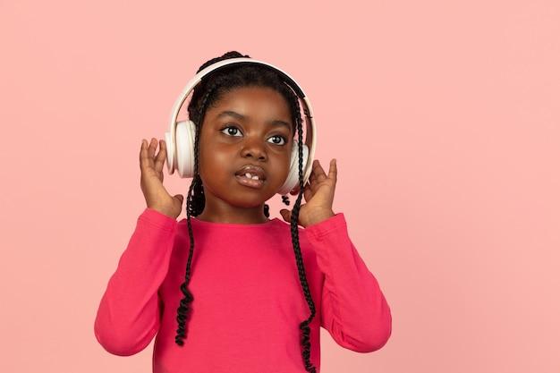Powitanie. portret przystojny afrykańska dziewczynka na białym tle na różowym tle studio z lato. stylowa modelka. pojęcie ludzkich emocji, wyrazu twarzy, sprzedaży, reklamy, mody, młodzieży.