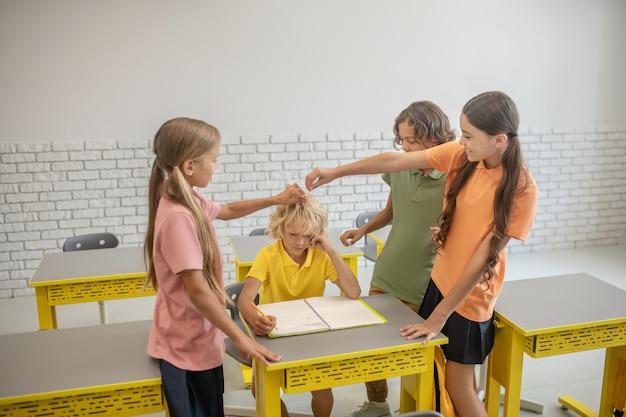 Powitanie. uczniowie witają się z zachowaniem dystansu społecznego