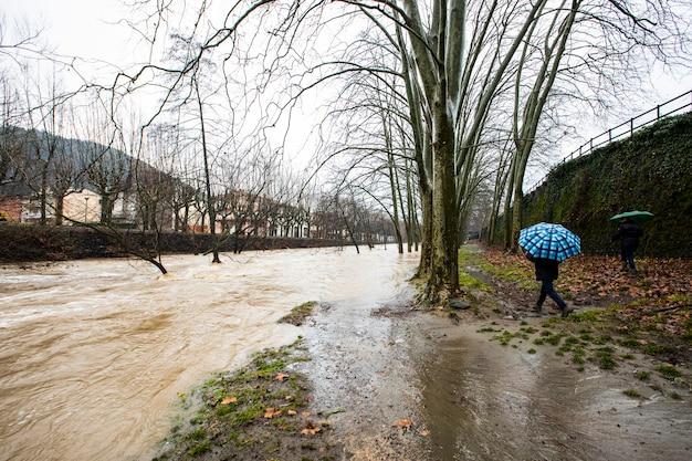 Powodzie w mieście olot, la garrotxa, girona, hiszpania. styczeń 2020.