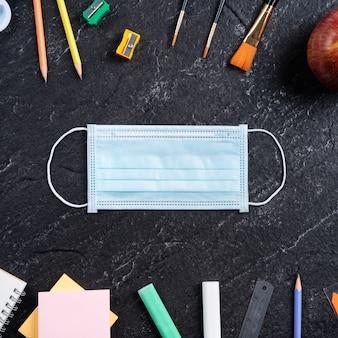Powrót do koncepcji projektu ucznia szkoły, widok z góry papeterii na tle łupka czarny stół z miejsca kopiowania.