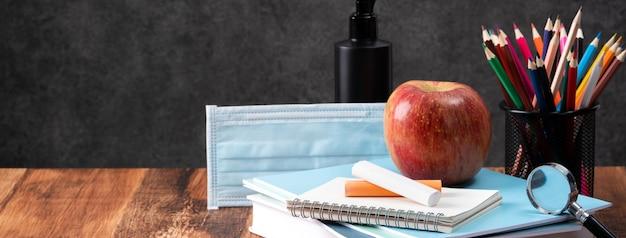 Powrót do koncepcji projektu ucznia szkoły, z bliska papeterii na tle drewniany stół z miejsca kopiowania.