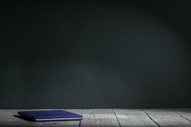 Powrót do koncepcji szkoły. artykuły papiernicze z owocami na stole