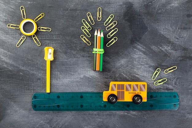Powrót do koncepcji szkoły. imitacja wycieczki do szkoły autobusem szkolnym, leżąca płasko