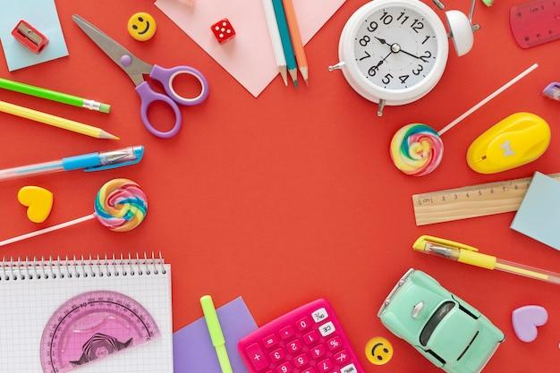 Powrót do koncepcji szkoły. kolorowe akcesoria szkolne