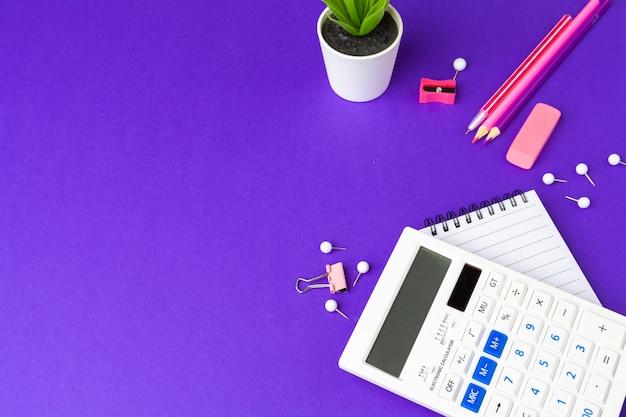 Powrót do koncepcji szkoły. materiały szkolne i biurowe na stole biurowym