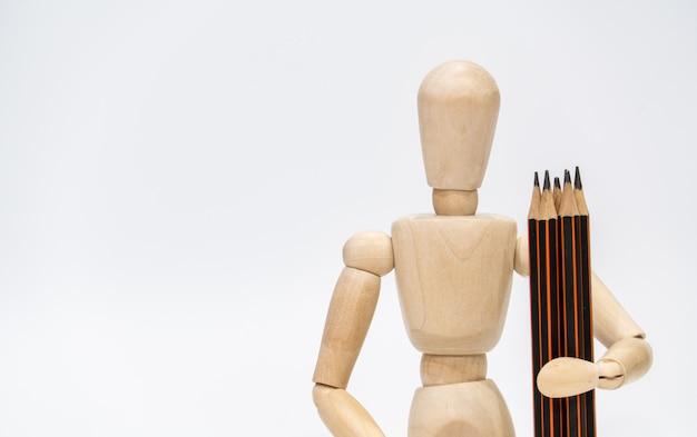 Powrót do koncepcji szkoły. model mężczyzna trzyma ołówek na białym tle