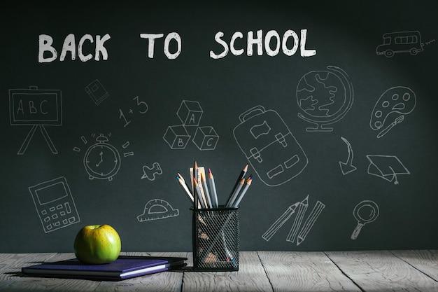 Powrót do koncepcji szkoły. papeteria z owocami na stole