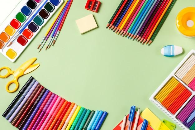 Powrót do koncepcji szkoły. przybory szkolne na pastele