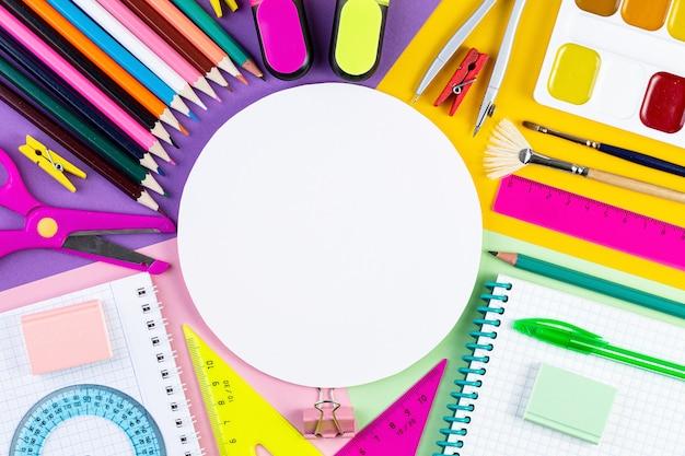 Powrót do koncepcji szkoły różne narzędzia do pisania i inne stacjonarne szkoły na kolorowym tle